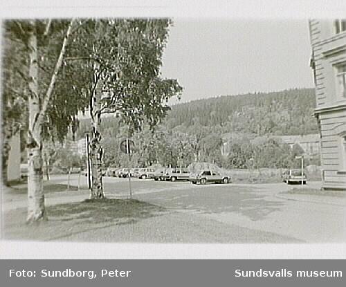 """Bilparkering på den tomma tomten vid pensionärshemmet Holmgården, kv Väständan, """"Åkroken""""."""