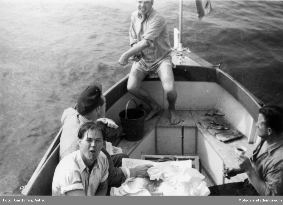 Helmer Garthmans jobbkompisar, från API, är ute med båt och fiskar. Näset, 1950-tal.