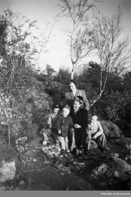 Systrarna Astrid och Margit med sina barn.  Från vänster: Leif och Alf Garthman, deras mor Astrid och Per-Olof Larsson. Bakom dem står Margit Larsson (mor till P-O).  Mölndal, 1950-tal.