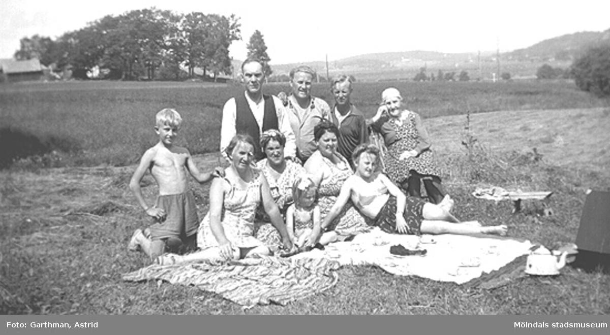 """Gustav Anderssons släkt i Fjärås, 1940-tal. Okända av givaren. I bakre raden, andra från vänster står Gustav Andersson, hustrun """"Gullan"""" (givarens faster) sitter i främre raden nr två från höger."""