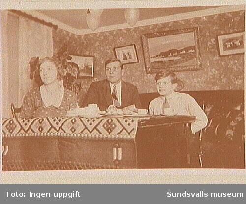 Ingvar Andersson med föräldrar.