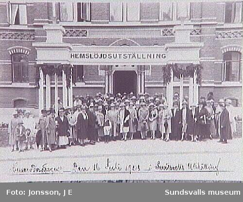 """""""Husmoderns dag Den 16 juli 1928 å Sundsvalls Utställning"""". Hemslöjdsutställning ägde rum i flickskolan."""