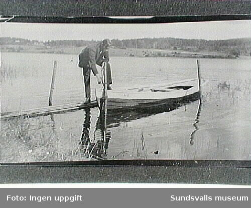 Man med roddbåt vid Sidsjön.