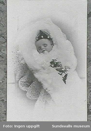 Visitkortsporträtt av avlidna Magdalena ChristinaElisabeth Thuresson, f. 19/11 1891, d.9/12 1892.