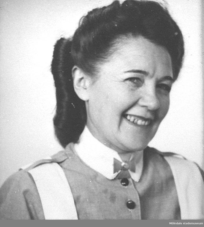 Del av fotokarta med 25 stycken porträttbilder av Karin Hasselberg (1903 - 1996) i yrkeskläder.