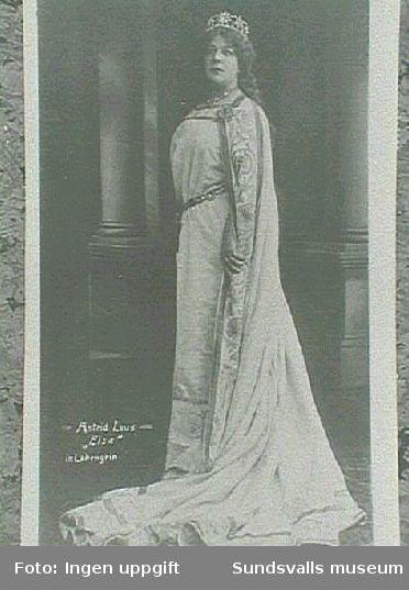 Astrid Lous, rollporträtt. Skickat som vykort till sin syster. Adress Fru Anna Braathen, Hovid, Sundsvall, eftersänt till Grevegatan 14, Stockholm. Poststämplat Oslo 18 IV 29.
