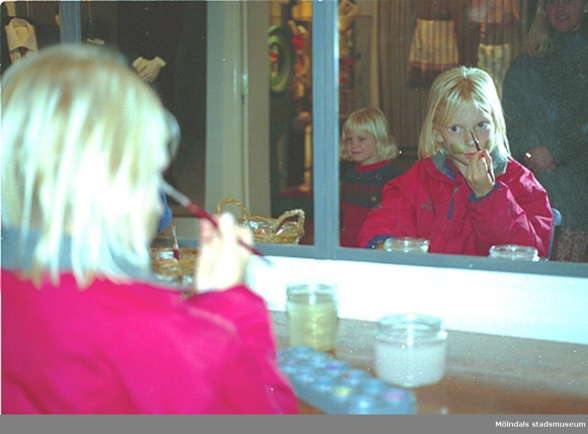 """Vid sminkbordet. Familjesöndag på Mölndals Museum den 8/10 1995 under utställningen """"Krinoliner och kortkort""""."""