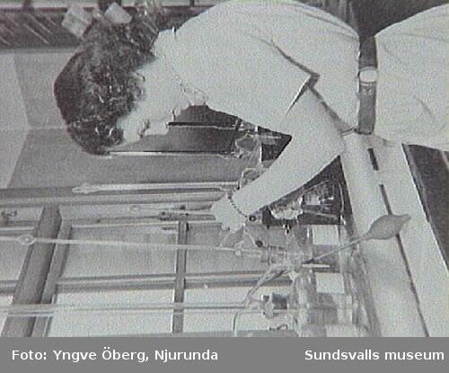 Majlis Broman (född Johansson) vid titrebänken på laboratoriet, sulfitfabriken i Svartvik 1948.