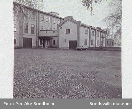 Bild 05 Pappersbrukets entré, mindre byggnaden var personalmässen.