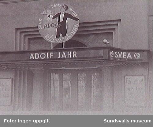 """Föreställningen """"Adolf klarar skivan""""."""