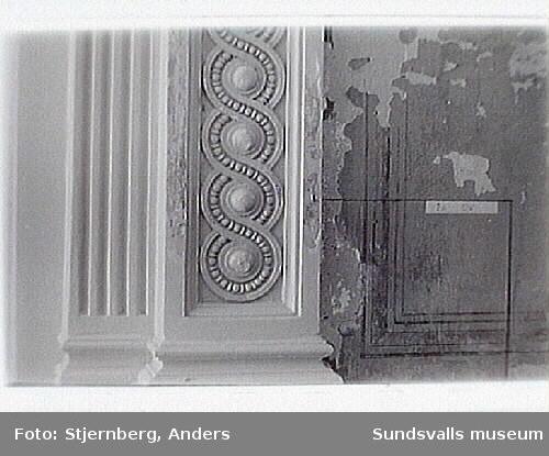 Nordbanken. Foto 16: Målare Lars Erik Sjögren har plockat fram den ursprungliga målningen, under vävtaket fr 1954. Foto 15: Trapphus fr Storgatan 22.