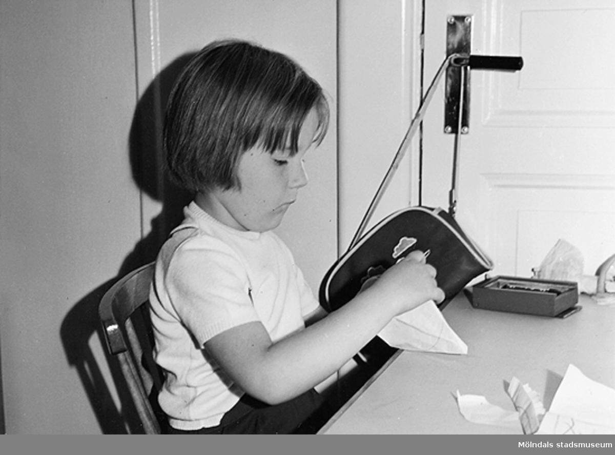 En flicka som leker vid ett bord. Holtermanska daghemmet 1953.