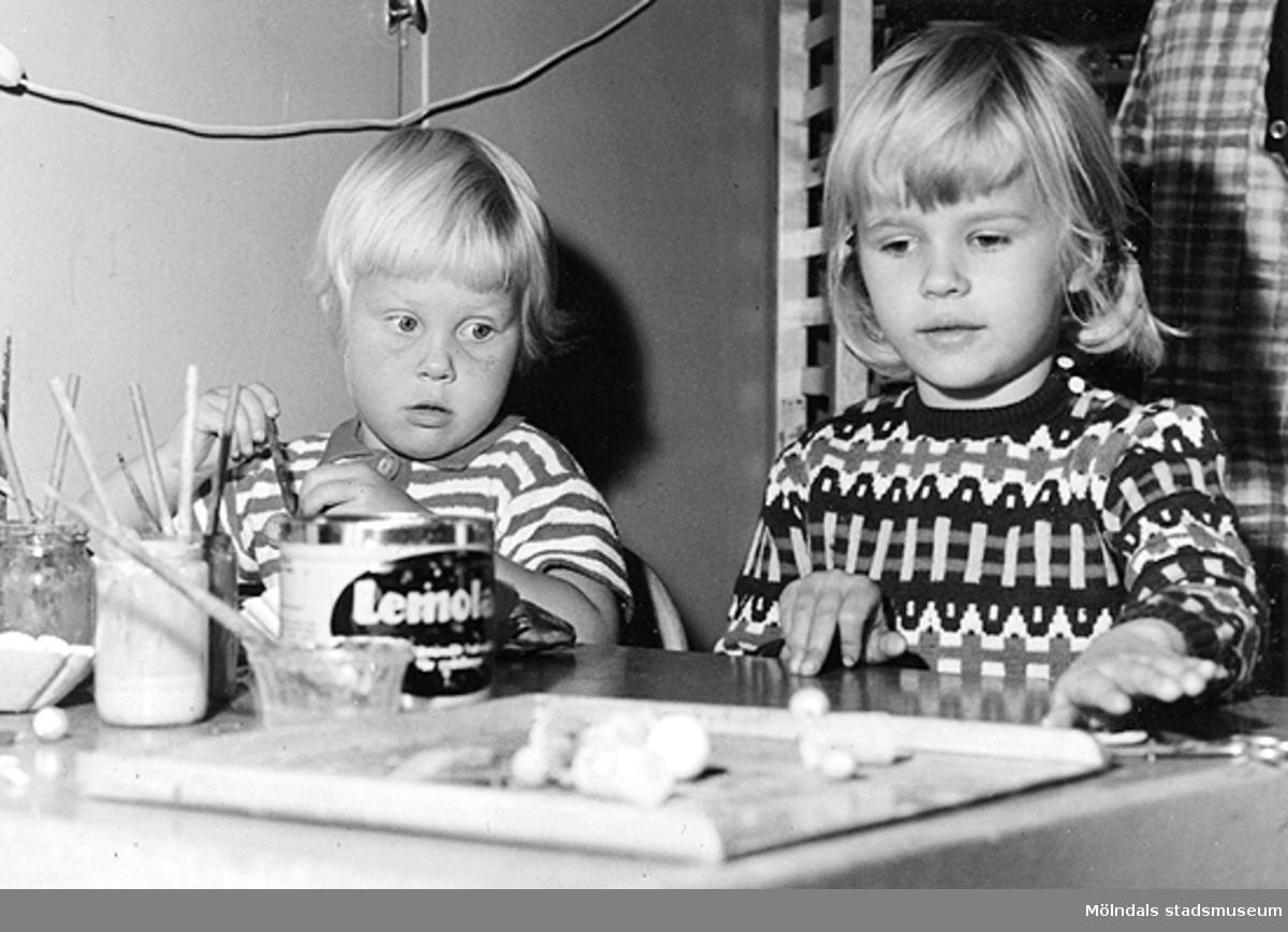 Två barn sitter vid ett bord och pysslar. Holtermanska daghemmet 1953.