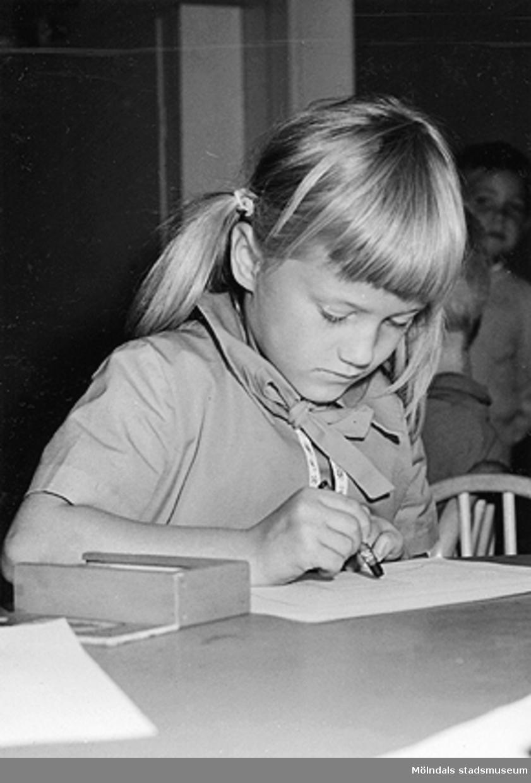 En flicka som ritar. Holtermanska daghemmet 1953.