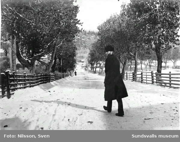 Tivolivägen, strax där Hagavägen börjar.