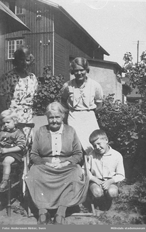 Hemma hos Josefina Andersson. Från vänster: dottern Gertrud Larsson med sönerna Lennart och Ingemar. Dottern Elin Andersson (gift Bjufwing) till höger i bild. År 1936.