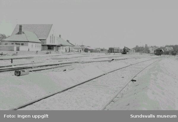 Vy över Sundsvalls centralstation. Stationsbyggnaden och spårområdet.
