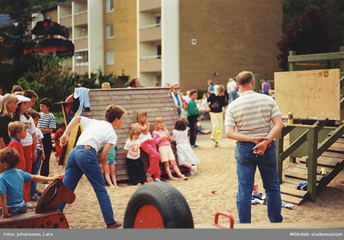 En av bostadsrättsföreningen Tegens gårdsfester 1989. Man hade bland annat korvservering, poängpromenad, spel, tävlingar, sång- och musikunderhållning m.m. Mannen till höger är Bror Börjesson.