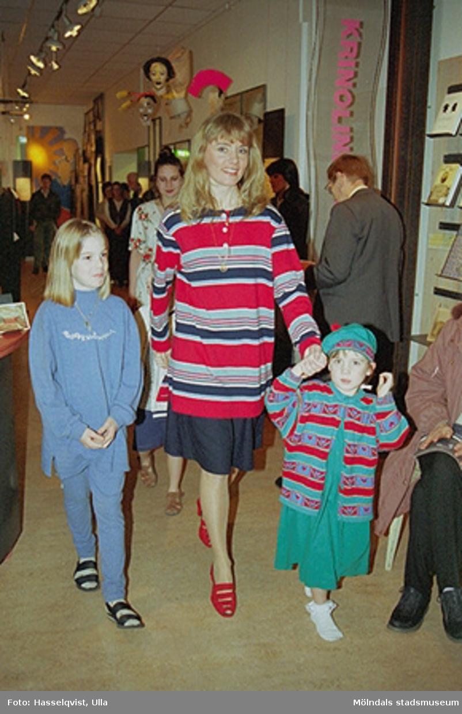 """En kvinna med ett barn på var sida. Familjesöndag på Mölndals museum under utställningen """"Krinoliner och kortkort""""."""