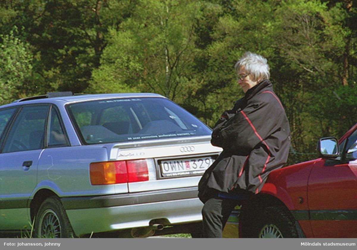 Intendent Inger Ernstsson, från Gunnebo slott, halvsitter mot en röd parkerad bil.