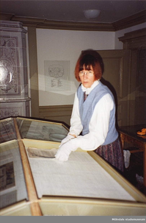 Monica Perman städar i östra förmaket på övre våningen och i herr Halls sängkammare (rum nr 53 och 44). Cirka 1993.