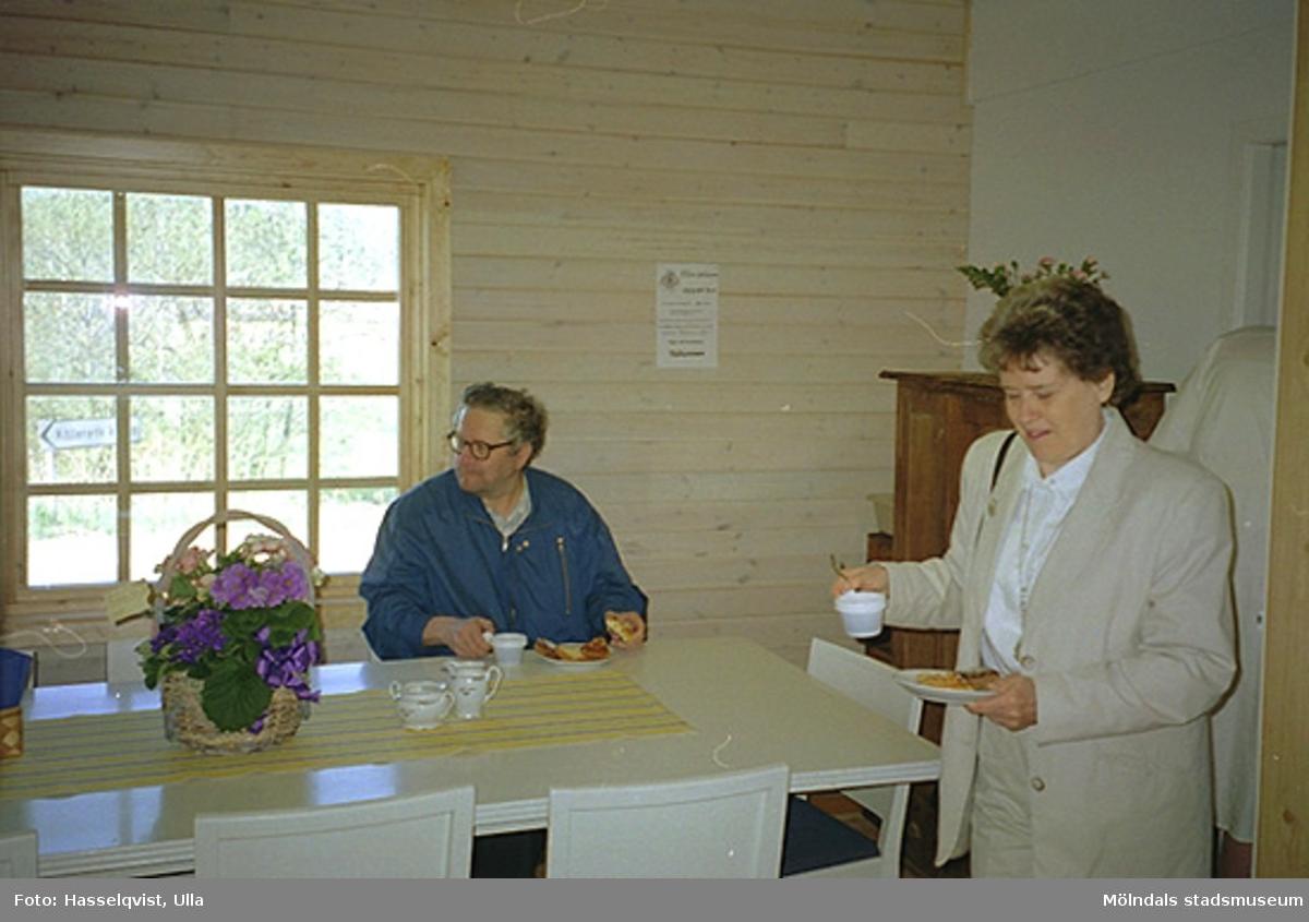 Från invigningsdagen av hantverksgården Ekebacken i Kållered, 1995-06-05. Till höger står Maj Keidser, ordförande i Kultur- och fritidsnämnden.