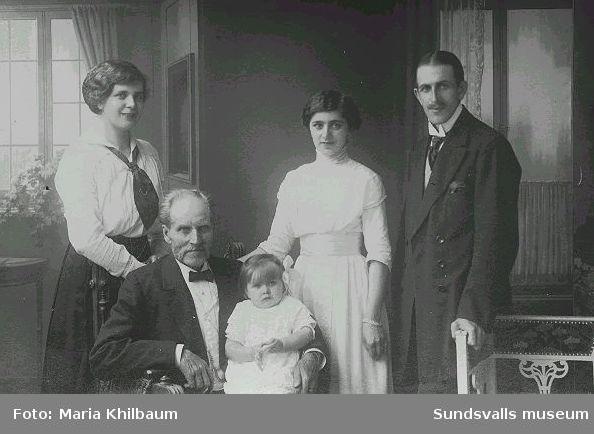 Familjen Nyström; fr.v. Ada,Jakob, Edit, Axel och Anna-Greta i knäet. Edit var mormor till Ingrid Hellqvist.