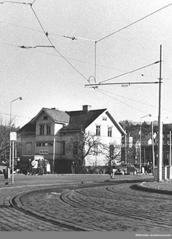 I bakgrunden ses E. & K. Karlssons järnhandel på Kungsbackavägen 6, 1960-tal.