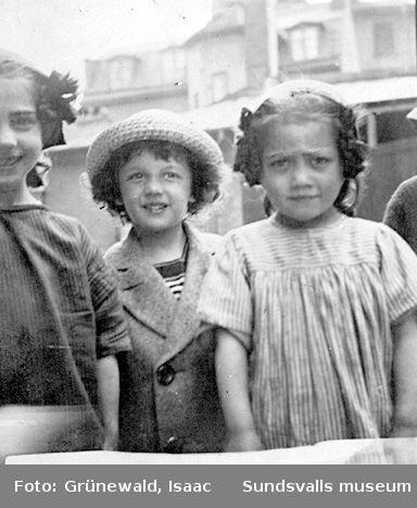 Iván Grünewald (f. 1911), förmodligen tillsammans med några flickkusiner, troligen våren 1915.