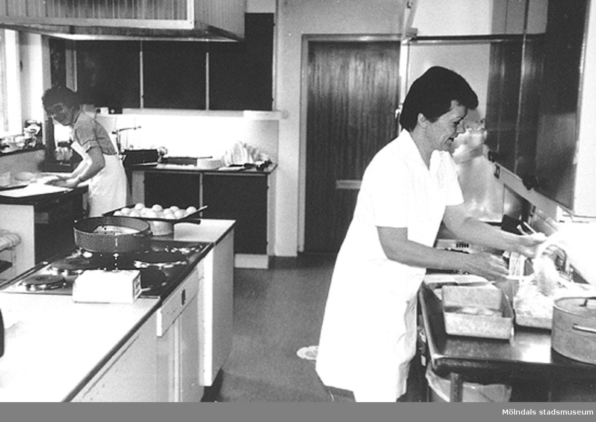 Edith Jonsson och Ingela Sjöberg lagar mat på Brattåshemmet i Kållered. Okänt årtal.