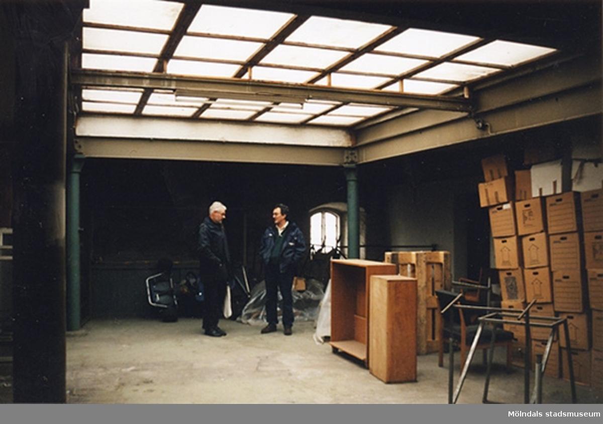 Inomhus i stenladan på Norra Forsåkersgatan 4 (tidigare Forsåkersgatan). Från vänster: Hans Assarsson och Ove Grönlund. Hör ihop med: 2001_0647 - 0648.