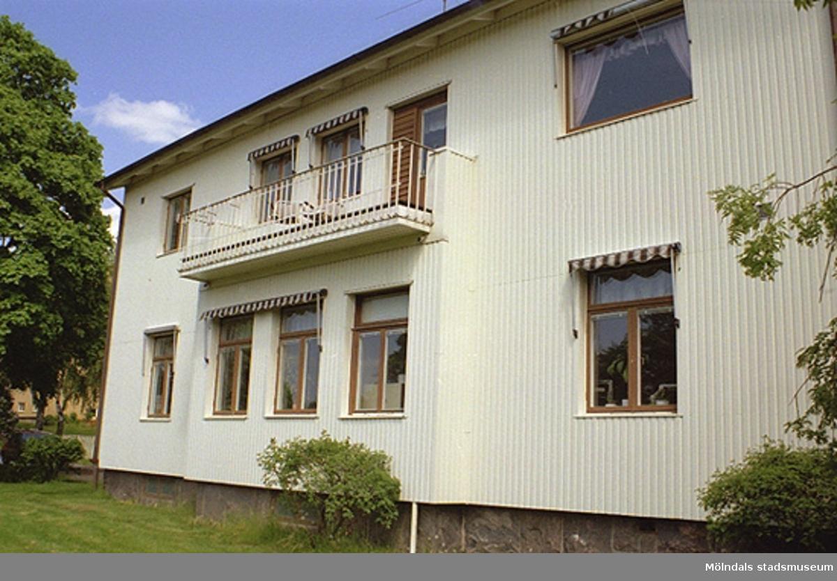 Kontorsbyggnad och rektorsbostad i Stretered. Byggnadens baksida 1998-05-29.
