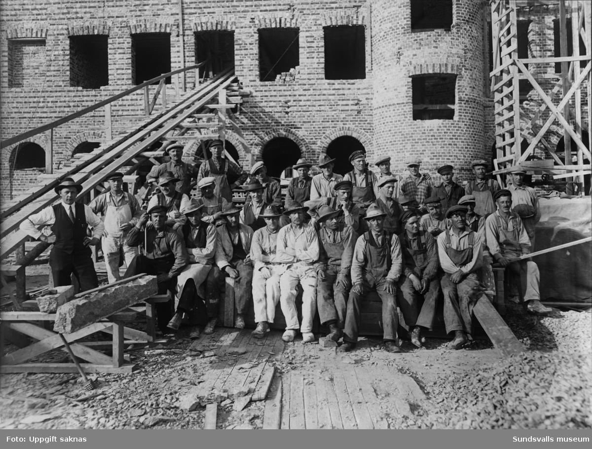 Byggnadsarbetare vid bygge av mejeriet SMC (Sundsvalls mjölkcentral) på Rådhusgatan 37.