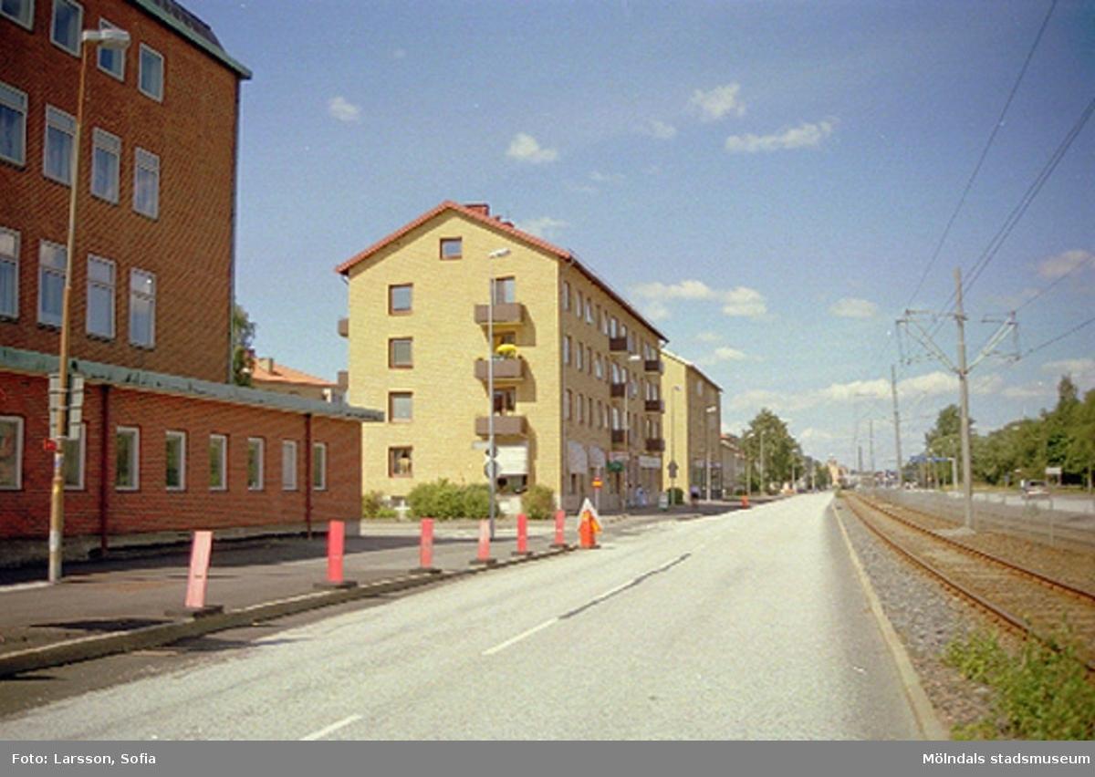 Kvarteren Braxen 3 (Göteborgsvägen 25) och 4 (Göteborgsvägen 23). Till vänster ses Folkets Hus i Mölndal. Yttrande angående takkupor 2002. Relaterade motiv: 2002_1314 - 1321.