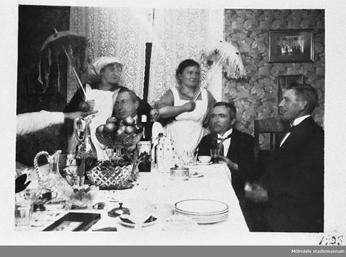 Stretered 1923. Familjen Pamp har ordnat kalas för sina vänner. Från vänster: Olga Pamp, hennes make, Nora Krantz, Carl Krantz och Bruno Bengtsson.Nora och Carl Krantz är mormor och morfar till givaren Karin Hansson f Pettersson.