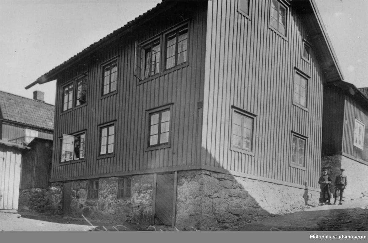 Ny tids-huset, 1920-tal. Tidningen Ny Tid hade sin lokalredaktion i denna byggnad. Från början hade huset endast en våning men som på 1920-talet byggdes på med ytterligare en våning. Bilden visar Roten M 19, Brandbergs. Längst till höger ses en del av Roten M 19.