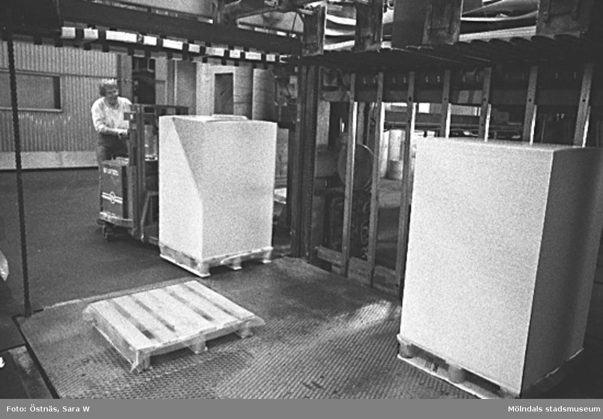 Truckförare med pappersbalar.Bilden ingår i serie från produktion och interiör på pappersindustrin Papyrus.