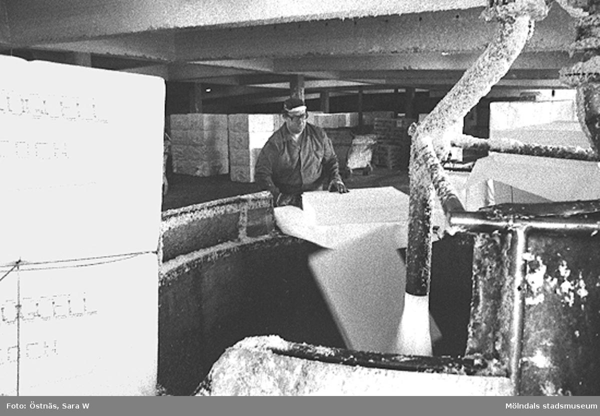 En man i arbete. Erik Rotgren.Bilden ingår i serie från produktion och interiör på pappersindustrin Papyrus.
