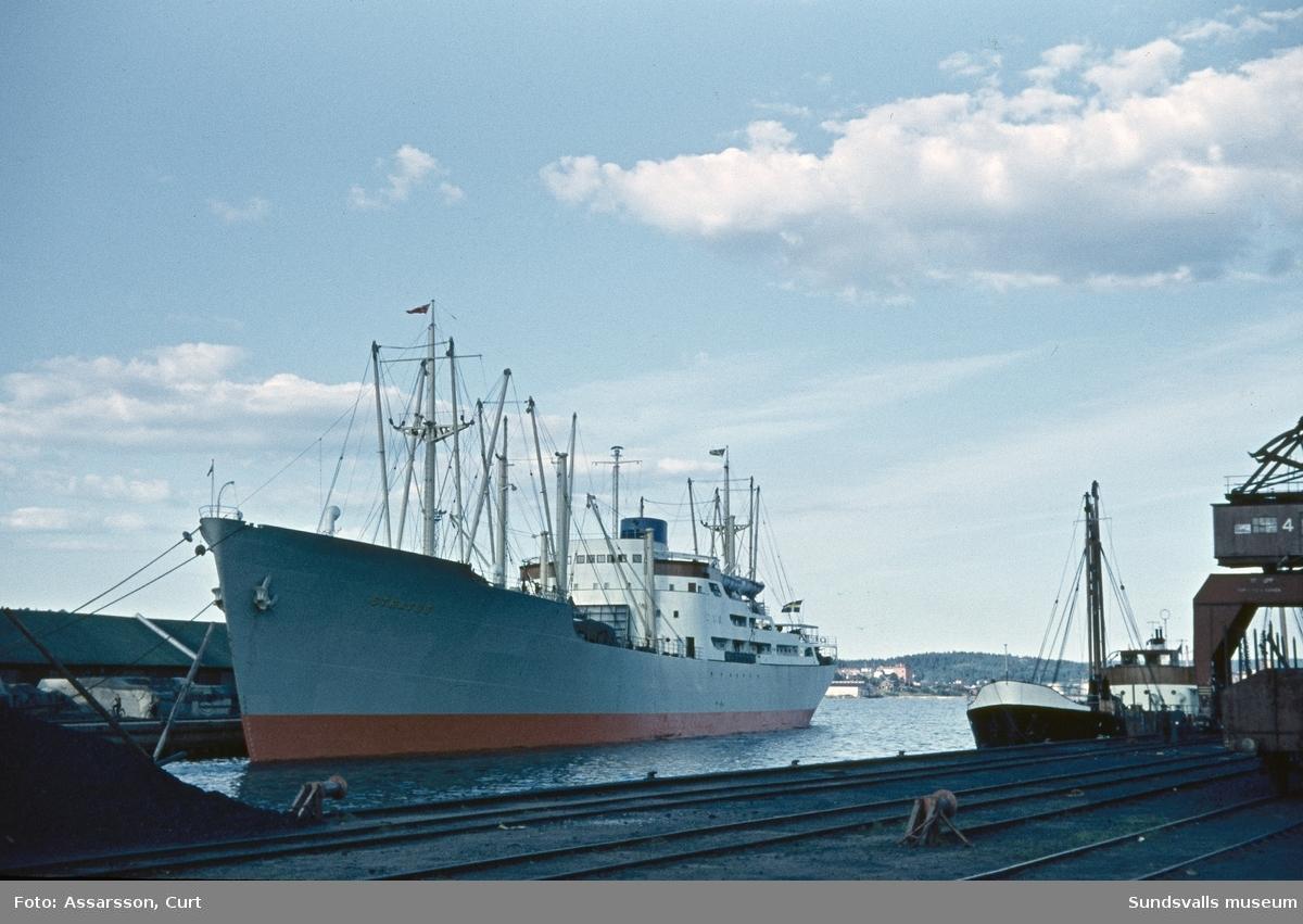 Transbåt lastar i Sundsvalls hamn.