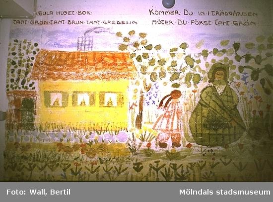Teckningar utförda av barn, 4-6 år, på Toltorpsdalens lekskolor, för utsmyckning av Lackarebäckshemmet. Motiven är hämtade ur olika, välkända sagor.