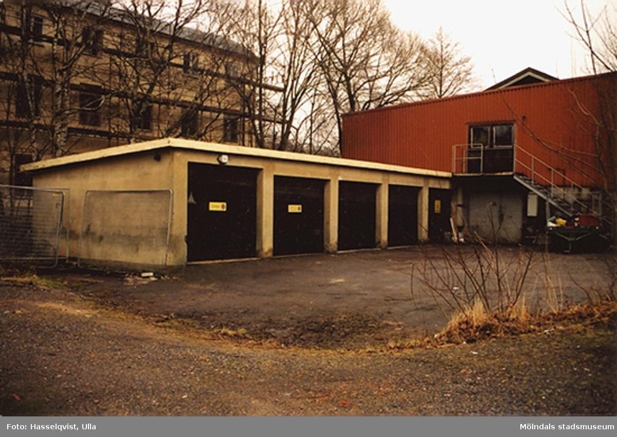 Rivningsdokumentation.Möjligt garage i Kvarfallet, Mölndals Kvarnby. År 2000.