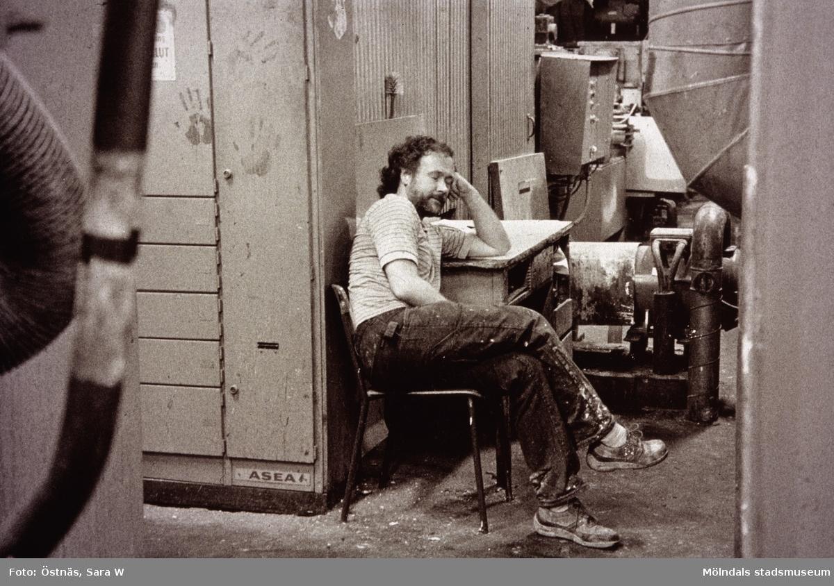Juris Kuvalds tar en liten paus från arbetet på Papyrus i Mölndal, år 1990.
