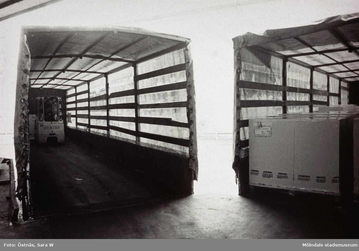 Lastning på lastbil med truck på Papyrus i Mölndal, år 1990.