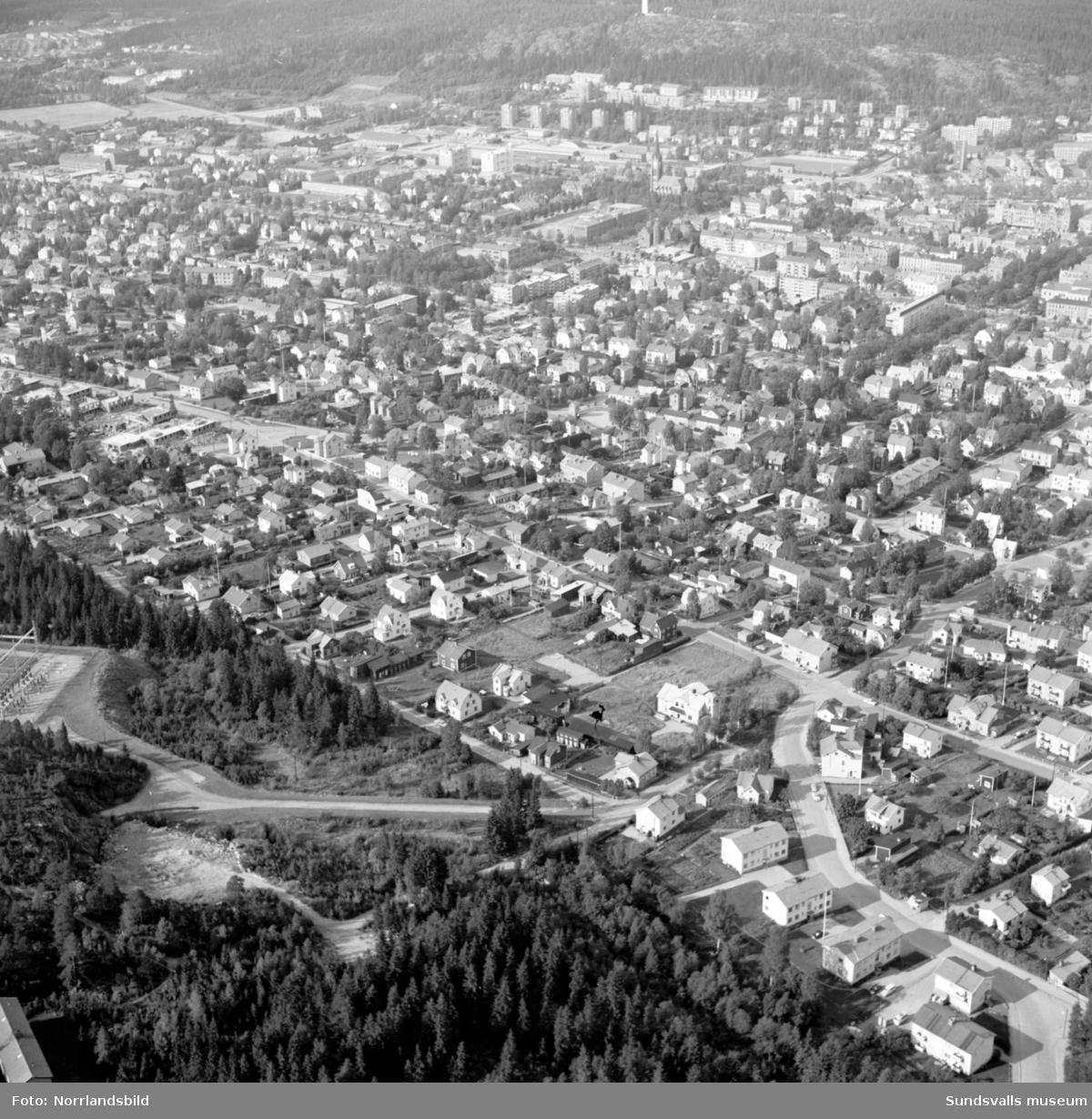 Flygfoto, vy över Sundsvall från söder. Längst ner uppfarten till Södra berget, Granmodalsgatan.