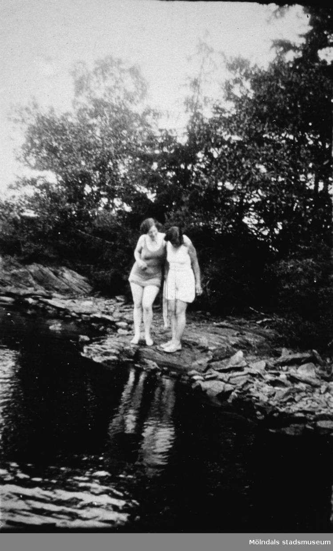 Två kvinnor står vid strandkanten ev. vid Tulebosjön, cirka 1930.