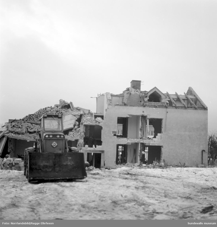 Ett stenhus rivs intill Folkets hus i Skönsberg, vid Medborgargatan.