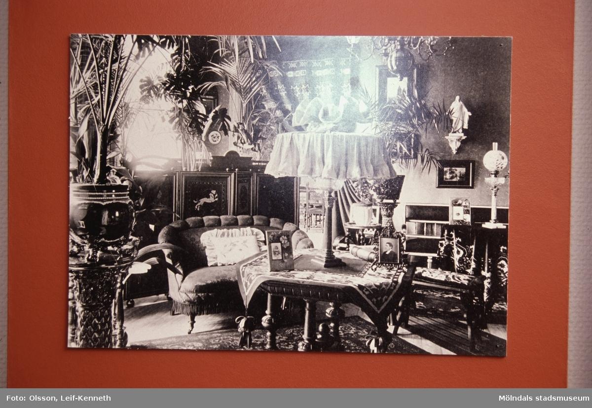 """Utställningen """"Lindomemöbler"""" på Mölndals Museum, Norra Forsåkersgatan 19, Mölndal, pågick från 27 mars till 27 november 1994.Lindome var ett västsvenskt centrum för möbeltillverkning under 1700- och 1800-talet. Det unika med lindomemöblerna är förutom deras höga kvalitet att stolarna från ca. 1790-1840 är signerade, vilket annars bara förekommer i Stockholm. Utställningen satte möblerna i ett stilhistoriskt, men också lokalhistoriskt sammanhang. Det visades även en del privatägda möbler som inte visats tidigare för en större publik."""