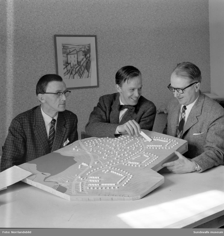 Modell av Sidsjö-Sallyhills-området på drätselkontoret med bland annat Stadshusarkitekt Hans Schlyter till höger.