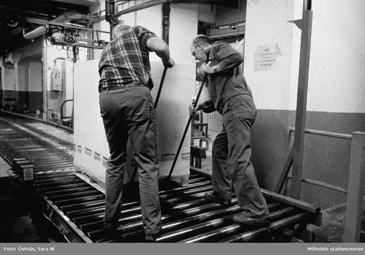 Gotthard Olsson och Tage Carlsson i arbete på Papyrus i Mölndal, år 1990.