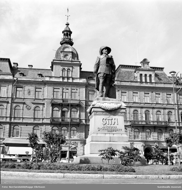 Gustav Adolf-statyn på Stora torget i Sundsvall.